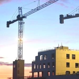 Строительный кран и дом