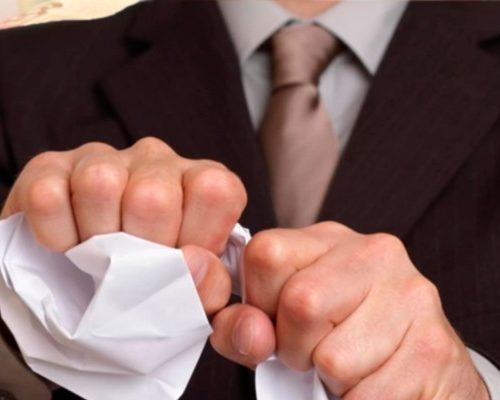 Человек разрывает бумагу